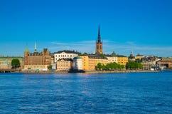 Riddarholmen ö med Riddarholm kyrkatornspiror, Stockholm, strömbrytare royaltyfria bilder