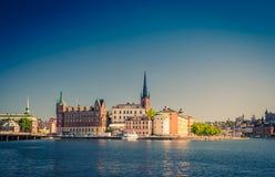 Riddarholmen wyspy okręg z Riddarholm Kościelnymi iglicami i typowymi Sweden kolorowymi gothic budynkami, łódkowaty statek cumowa fotografia stock