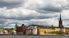 Riddarholmmen看法从斯德哥尔摩市政厅的 免版税库存图片