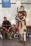 Ridder - deelnemer in de festival` Ridders van de tribunes van Jeruzalem ` op de lijst in afwachting van een duel in Jeruzalem, I stock fotografie