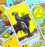 Ridder die van Pentacles Tarotkaart een Bedrijfs/Imperiumbedrijfs Mens bouwen die voortaan investeren Stock Afbeelding