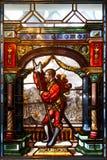 Ridder met wapen in het gekleurde gebrandschilderde glas van het binnenland van Peles-Kasteel in Roemenië stock foto