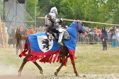 Ridder in pantser op een paard. royalty-vrije stock foto's