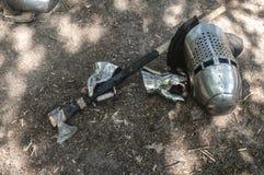 Ridder` s helm, handschoenen en een bijl in de Zon royalty-vrije stock foto