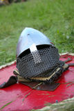 Ridderlijke helm die op een raad ligt Stock Afbeelding