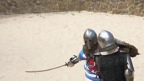 Ridders in een duel met zwaarden en schilden stock footage