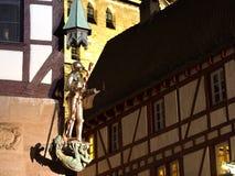 Ridderstandbeeld bij een huishoek bij het middeleeuwse vierkant royalty-vrije stock afbeelding