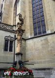 Ridderstandbeeld op de fontein buiten Gotische St Nicolas Cathedral in oude stad Fribourg, Zwitserland, Europa Royalty-vrije Stock Fotografie