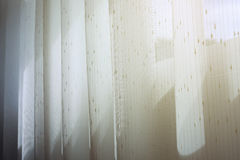 Rideau blanc en draperie accrochant sur la fenêtre Photos stock