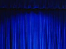 Rideau bleu en théâtre Images stock