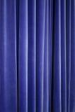 Rideau bleu en velours de théâtre Photographie stock libre de droits