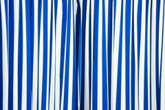 Rideau bleu et blanc image stock