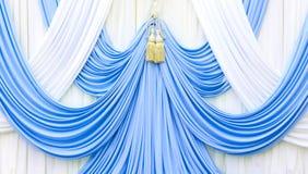 Rideau bleu et blanc sur l'étape image stock
