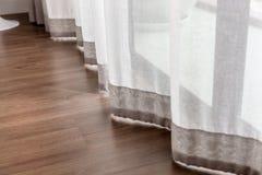 Rideau brun clair blanc photographie stock libre de droits