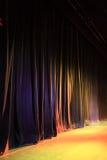 Rideau en étape de théâtre Images libres de droits
