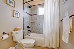 Salle de bains blanche lumineuse avec la fen tre photos - Rideau de salle de bain fenetre ...