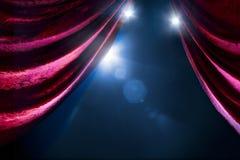 Rideau en théâtre avec l'éclairage dramatique photo stock
