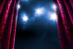 Rideau en théâtre avec l'éclairage dramatique images libres de droits