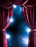 Rideau en théâtre avec l'éclairage dramatique images stock