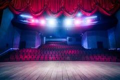 Rideau en théâtre avec l'éclairage dramatique image stock
