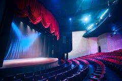 Rideau en théâtre avec l'éclairage dramatique photographie stock libre de droits