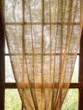Rideau en toile de jute pendant lâchement de Sunny Window Photographie stock