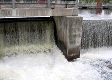 Rideau kowali spadków wody Kanałowy rozładowanie od grobelny 2008 Obrazy Stock