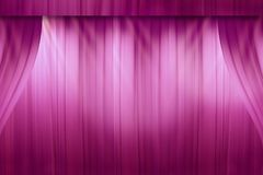 Rideau rouge brouillé sur l'étape dans le théâtre images libres de droits