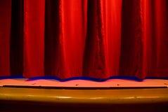 Rideau rouge en étape photographie stock libre de droits
