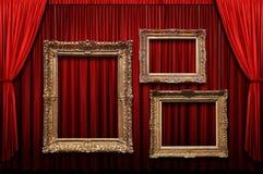 Rideau rouge en étape avec des trames d'or Photographie stock libre de droits
