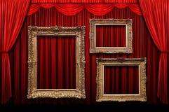 Rideau rouge en étape avec des trames d'or photo libre de droits