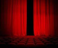Rideau rouge en théâtre ouvert avec des sièges image libre de droits