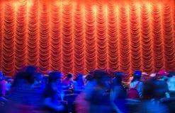 Rideau rouge en théâtre après l'extrémité d'exposition avec la foule Images stock