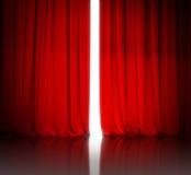Rideau rouge en théâtre ou en cinéma légèrement ouvert et lumière blanche Photographie stock libre de droits