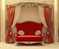 Rideau rouge en velours et sofa royal Image stock