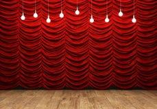 Rideau rouge et plancher en bois avec de rétros ampoules Photos libres de droits