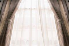 Rideau sur la fenêtre images libres de droits