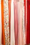 Rideaux accrochants de diverses couleurs en gros plan photo libre de droits