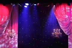 Rideaux avec l'éclairage et lustres accrochant dans le théâtre. photographie stock libre de droits