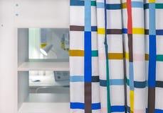 Rideaux avec les cellules multicolores à l'intérieur de la salle d'enfants image stock