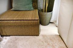 Rideaux beiges Meubles en osier avec l'oreiller Intérieur de salle de séjour photographie stock