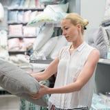 Rideaux blancs de achat en belle femme au foyer dans le magasin à la maison de l'ameublement de décor Photographie stock