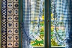 Rideaux bleus dans la maison de Monet dans Giverny, France images libres de droits