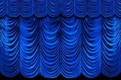 Rideaux bleus en étape Photographie stock libre de droits