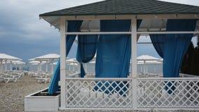 Rideaux bleus flottant dans le vent banque de vidéos