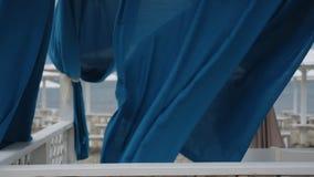 Rideaux bleus flottant dans le vent clips vidéos