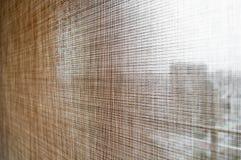 Rideaux bruns en abat-jour de rouleau de couleur de plan rapproché Photographie stock
