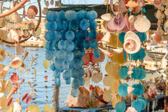Rideaux de belles coquilles colorées de mer de la mer Image libre de droits