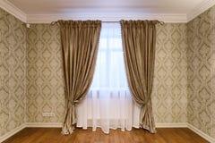 Rideaux en décoration de fenêtre Photos stock