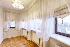 Rideaux en décoration de fenêtre Photos libres de droits